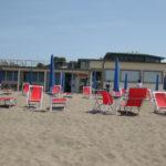 """schöner Strand und im Hintergrund """"La Zattera"""""""