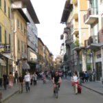 Geschäfte in italienischen Innenstädte im Sommer bis Mitternacht geöffnet