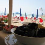 Frische Muscheln in Marina di Castagneto mit Strandblick