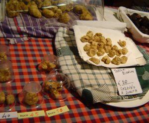 Piemont: der Trüffelmarkt in Alba im Oktober