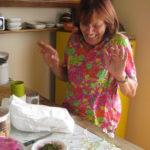 La Palazzina - Manuela bereitet Toskanische Kräutermischung vor