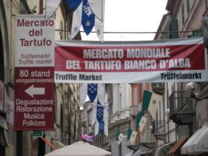 Die Innenstadt von Alba glueht am ersten Trueffelmesse Wochenende im Oktober