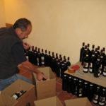 Alessandro Fantino beim Barolo Flaschen einpacken