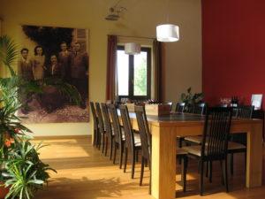 Büro Sartirano Figli Cantine e Vigneti Piemont mit Generationsbild im Hintergrund