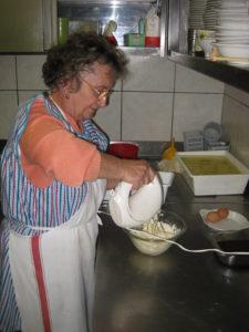 Mama Francesca beim Nachtisch Mattone im Restaurant Ostu Di Djun