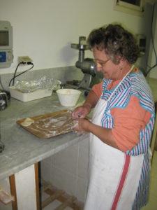 Mama Francesca beim Zubereiten der frittierten Brötchen im Ostu Di Djun