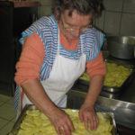 Mama im Restaurant Ostu Di Djun im Piemont beim Zubereiten der Ofen Kartoffeln