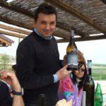 Weinproduzent Walter mit seinem Barolo von Elvio Cogno