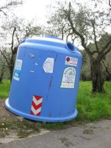 Italien Mülltonne für Glas- Plastik- und Milchflaschen