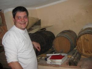 stolzer Stefano vom Restaurant La Grotta in Buti in seinem Weinkeller