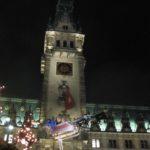 fliegender Weihnachtsmann auf dem Rathausmarkt in Hamburg