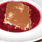 italienischer Nachtisch Mattone auf Himbeerbett