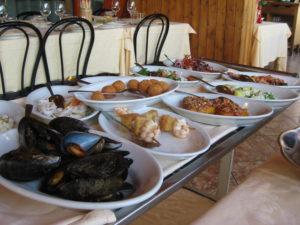 verschiedene Fisch Vorspeisen im Restaurant in Montecatini Terme