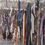 Guertel in allen Farben und Formen auf dem Markt in Alba