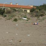 dreckiger Strand in der Toskana