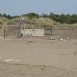 dreckiger Strand vom Il Tombolo Hotel Toskana