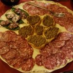 toskanische-vorspeisen-salami-und-crostini